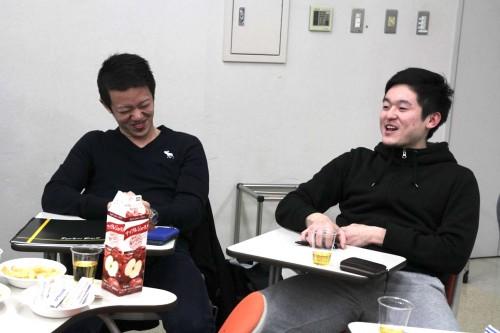 ※税所選手(右)の話に笑いが止まらない長谷部スタッフ(左)