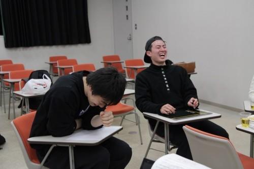 おなかを抱えて笑う伊澤選手(左)に顔が赤くなるくらいに笑う黒埼選手(右)と終始笑いが絶えない時間となった